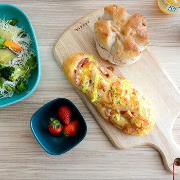 小さめのカッティングボードはテーブルを温かく演出するアイテムとして人気があります。美味しいパン屋さんのパンをカッティングボードにのせるだけで、素敵なあさごはんの光景に。  ■1,620円(税込)