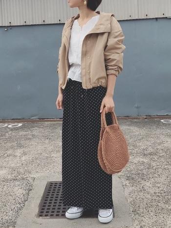 ブルゾン感覚で着られるデザインなら、あえてガーリーな着こなしにONしてみても◎。短めの丈でスタイルアップ効果を狙って。
