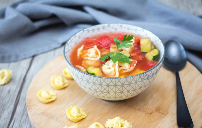 献立は、ご飯などの主食におかずを組み合わせていきますが、スープやサラダなどのカテゴリ別にレシピを整理しておけば、食材の組み合わせを変えるだけで簡単にアレンジ料理ができちゃいます。野菜の種類別にチェックしておくと、材料を無駄にしなくて済むので節約にもつながるでしょう。