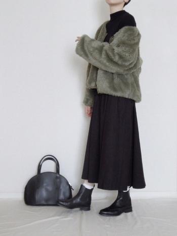 インパクト大なファーコートは、ワンピースやスカートで女性らしさを足してみて。難易度の高いアイテムですが、甘さを足すと着こなしやすくなりますね。