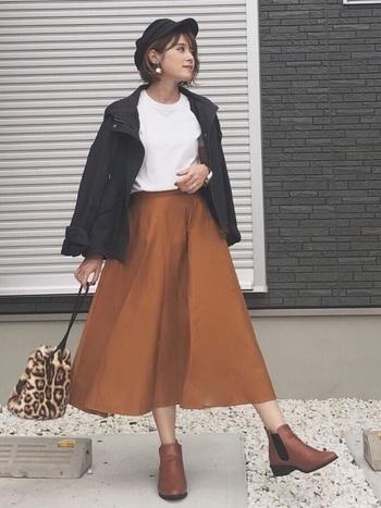 歩くたびにふんわり揺れるフレアスカートは、着こなしをまろやかにしてくれます。黒のマウンテンパーカーは、合わせるアイテム次第で、カジュアルにもキレイめにも使える万能カラーなので、マウンテンパーカー初心者さんにおすすめですよ。