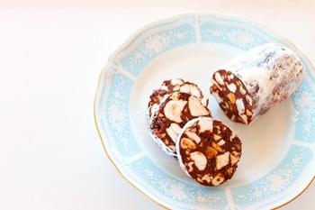 ナッツやマシュマロ、ビスケットを混ぜ込んだ、サラミ風チョコレートスイーツ。デザートとしてはもちろん、お酒にも合いますよ♪