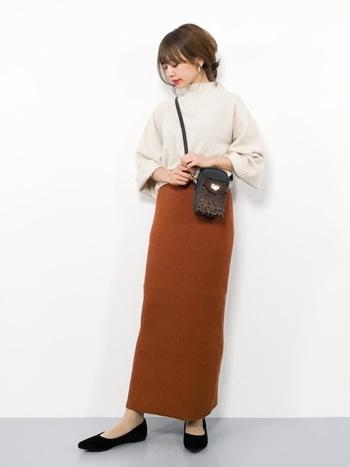 リブスカートとゆとりのある袖が甘い雰囲気のコーデにレオパードバッグで辛さをON。レオパードアイテムはシューズやストール、ピアスなどアイテムが豊富なので、辛さのちょい足しに便利です。