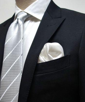 ちなみに、男性が結婚式スタイルをよりおしゃれにしたい場合は、どのようなやり方があるのでしょうか?女性のように華やかなバッグを持つわけにはいきません。 そこでおすすめしたいのが、ちょっと技ありな色 or デザインのポケットチーフです。