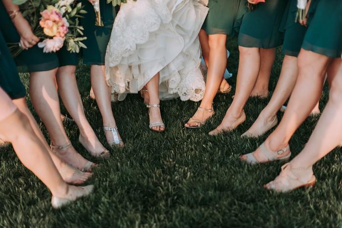あなたが花嫁さんなら、素敵なお呼ばれドレスで出席してくれるゲストさんがいたら、きっと嬉しいですよね。いつものお洒落を楽しむように、結婚式のお呼ばれドレスのコーデを楽しめたなら、お祝いの気持ちもよりもっと伝わるはず。  次回の結婚式には、自分らしいドレスを選んで出席してみてはいかがでしょうか。