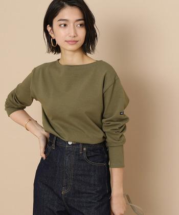 ブランドの名前を主張するのではなく、自分の個性を大切にしたいパリジェンヌは、Tシャツも無地が好み。アクセサリーや小物で、自分らしさや季節感を出したいですね。