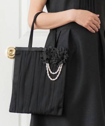 バッグに収まらないものを紙袋にしまうのは控えましょう。きちんとフォーマル用のサブバッグを用意するのがマナーです。