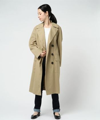 たくさんの服を持つのが嫌いなパリジェンヌは、真夏以外いつでも着られる定番のアウターを1着は持っています。トレンチコートやレザージャケットなど、あなたの好みでチョイスして。