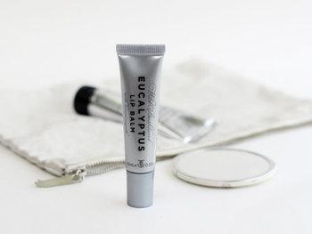 リップバームはこっくりとしたつけ心地で唇をしっかり保湿。パラベン、鉱物油、合成色素などは配合せず、どこまでも人の肌に優しいケアアイテムになっています。