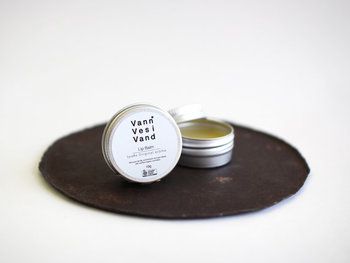 リップバームはハーブとスパイスを混ぜ合わせた爽快な香り。有機認定を受けたものだけを使うなど、原料選びにもこだわりが感じられます。