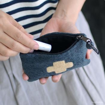 他のものに埋もれがちなリップクリームやリップバーム。小さめのポーチに入れておけば、バッグの中でもグッと見つけやすくなります。