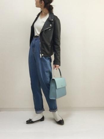 こちらは無地Tシャツ・ジーンズ・アウター・フラットシューズを使って。ハードなレザーアウターにジーンズのコーデも、フラットシューズやバッグでエレガント感をプラス。