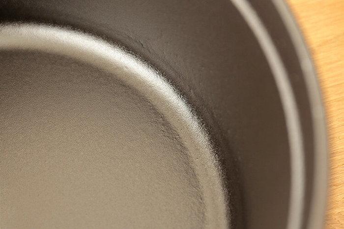 鍋の内側には、マットエマイユ加工という細かな凹凸がある加工が施されており、焦げつきにいのも嬉しい特徴です。