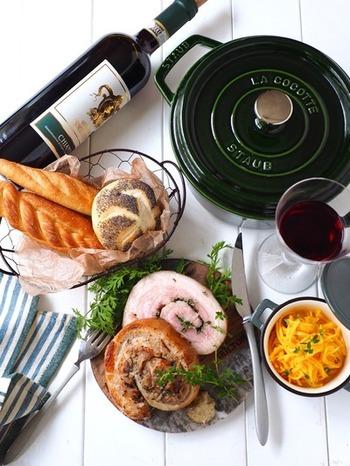 豚バラ肉のブロックにニンニクやハーブを挟んで巻いたイタリア料理のロースト・ポーク「ポルケッタ」。STAUBなら、表面はパリッと香ばしく中はジューシーな仕上がりになり、おもてなしにピッタリ。