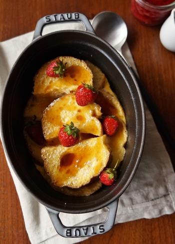 STAUBに材料を入れ、オーブンで焼いて作る「ヨーグルトフレンチトースト」は、レシピ名の通りフレンチトーストの液にヨーグルトが入り、仕上がりがさっぱりとさわやかな味わいに。つい食べ過ぎてしまいそう。