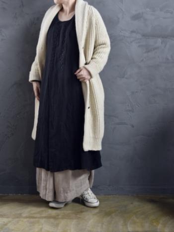 上品なショールカラーのデザインと、ざっくりとした風合いがおしゃれなニットガウン。シンプルな着こなしはもちろんのこと、レイヤードスタイルのアクセントにも活躍してくれますよ。温かみのあるナチュラルな色合いも素敵ですね。優しいミルクホワイトは、ダークトーンが多くなる冬のコーディネートにおすすめのカラーです。