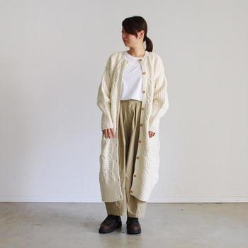 軽いアウターとして、気軽に羽織れる「ロング丈」のニットカーディガン。ケーブル編みの立体的なデザインと、ゆったりとした女性らしいシルエットが素敵ですね。カーディガンのふんわりとした素材感と優しい色合いも、冬のコーディネートに季節感をプラスしてくれます。