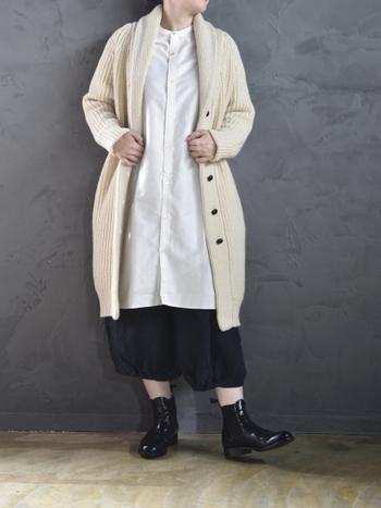 こちらは光沢のある上品なシャツワンピースに、ざっくりしたニットガウンを合わせたおしゃれな大人カジュアル。白いアイテム同士の組み合わせや、短め丈パンツとのレイヤードなど。おしゃれなアイテムの着こなし方も、さっそくお手本にしたい素敵なコーディネートです。