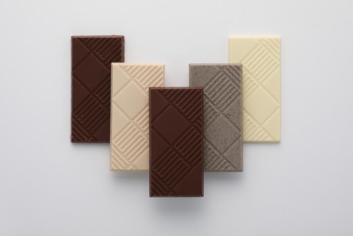 札幌のおみやげといえば誰もが思い浮かべる、ISHIYAの「白い恋人」。さっくり軽いラング・ド・シャに挟まれた、あのチョコレートをベースにした、新しい北海道のチョコレート「恋するチョコレート」が誕生しました。