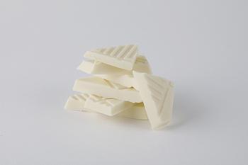 「ホワイトチョコレートと塩」のベースは「白い恋人」の滑らかなホワイトチョコレート。そこに、北海道サロマ湖水100%のあら塩をブレンドしました。雪のようにピュアな白さで、クリーミーな甘さと、まろやかな塩味があと引くおいしさです。