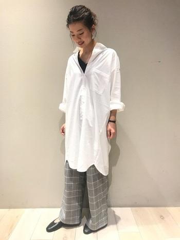 ボトムスやアウターとの重ね着が楽しめる「シャツワンピース」も、冬のコーディネートに欠かせない定番アイテムのひとつ。爽やかな白のシャツワンピースに、グレンチェックのパンツを合わせたこちらのスタイリングは、リラックス感のある女性らしい着こなしが素敵ですね。白×グレー×黒のシックな配色もおしゃれな雰囲気です。