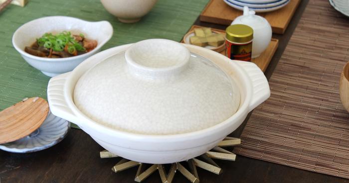 三重県四日市市で生産されている万古焼。柔らかで温かみのある作りが、和洋を問わず使いやすい。細かな貫入が土鍋に表情を添えています。