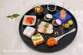 洋食好きにおすすめの、洋風おせちのレシピです。一皿で前菜からデザートまで10品を楽しめる一見贅沢なプレートですが、どれも材料が手に入りやすく作りやすいですよ。