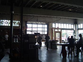 「ここがカフェなの?」と、もと倉庫というクールなお店の建物に驚く人が多い「コアヴァコーヒーロースターズ(Coava Coffee Roasters)」。こちらもスタンプタウンコーヒーと並ぶ人気店です。