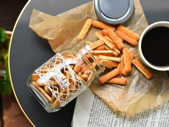 クラシカルな雰囲気の瓶にたっぷりと詰められたビスケットは軽い食感でコーヒーによく合います。50年以上愛され続けているロングセラー商品です。  ■864円(税込)