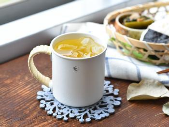 小さなツバメのロゴが印象的な琺瑯のマグカップ。持ち手にはラタンが巻いてあり、お洒落感をさらにアップしています。ラタンにはニスがかけてあるので、水で洗っても大丈夫です。  ■2,700円(税込)