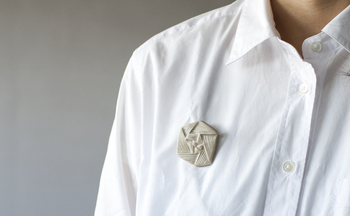 ひとつでも存在感抜群の陶器のバラのブローチは、シンプルなお洋服の襟もとやバッグにさりげなくつけるのがお洒落。なめらかな手触りに心がときめきます。  ■2,160円(税込)