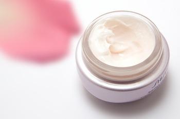 でも、シンプルケアに肌が慣れるまでは、乾燥が気になることもありますよね。そんな時は、化粧水の後に少量のクリーム・乳液・オイルなどで保湿してみて下さい。