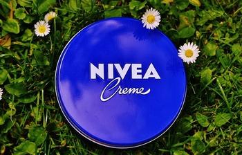 以前「高級な美容クリームとほぼ同じ成分で出来ている?!」と言われ話題になった【ニベア】の青缶。化粧水とニベアだけで、お肌がしっとりもっちりします。