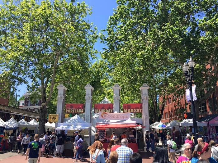 対してこちらは、手仕事の品がたくさん揃う「Saturday Market(サタデー マーケット)」。全米のなかでも、大規模のクラフトマーケットです。その名の通り、土曜開催が多いですが、土日の両方や、日曜だけの「サンデーマーケット」もあるそう。 いずれにせよ、週末は必ずマーケットを楽しめるのが、ポートランドです*