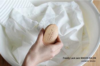 部分洗いに使えるランドリーブラシは、しっかりと手の平におさまるフィット感の良さがあります。力を上手にコントロールしながら使えるブラシです。  ■918円(税込)