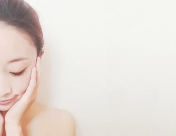 スキンケアは化粧水のみで大丈夫。寝ている間に皮脂が分泌されて、自然に潤うのだそうです。乾燥が気になる時だけ、乳液・クリーム・オイルなどを少量使いましょう。
