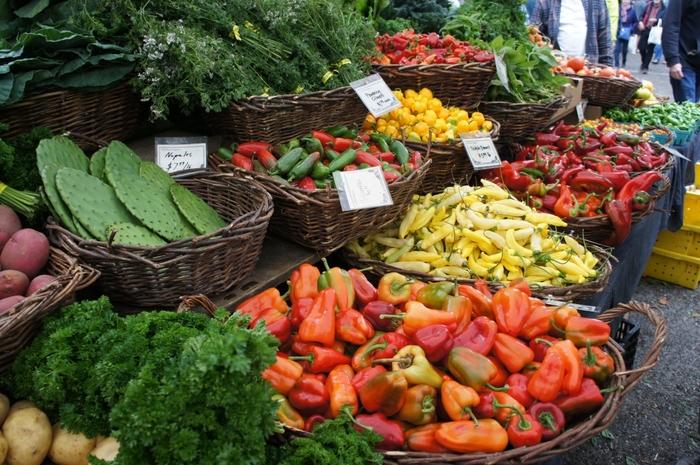 春から秋にかけて、週末、地元農家の採れたて野菜、また手作りの加工品などのお店が並ぶ「ファーマーズマーケット(Farmer's Market)」。マルシェのような雰囲気ですね。
