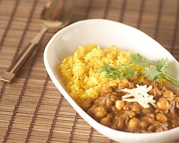 ひよこ豆のカレーは、女性に人気ですね。こちらは、ルウを使わず、多種類のスパイスで作った自家製カレー。ふくよかな香りに癒されます。ターメリックライスもベストマッチ。