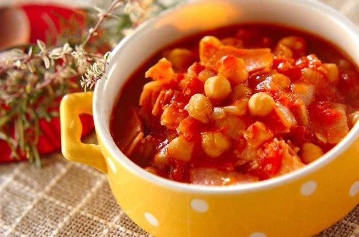ひよこ豆の水煮があれば、簡単にできる味わい深い豆料理。もちろん、市販の水煮でもOK。ベーコンのうまみと、ひよこ豆のほくほく感がいいバランスで、お口の中に幸せなおいしさが広がります。コンソメなどは使わず、塩麹を使用しています。