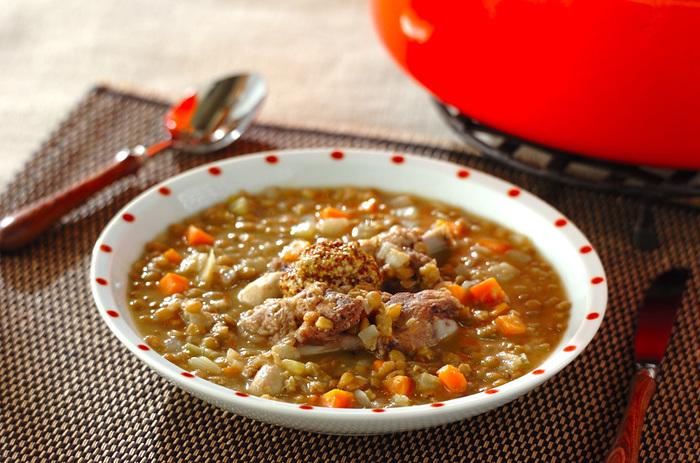 水で戻したり、下ゆでする必要のないレンズ豆は、忙しい人にとって本当に便利な食材。お肉と豆を炒め、煮込むだけ。栄養もたっぷり。調理の手順が簡単なのは、助かりますね。