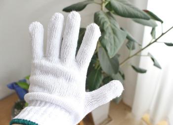 ブラインドのホコリはハンディワイパーなどを使っても取れますが、徹底的に掃除をしたい時は軍手を雑巾代わりにする方法がおすすめです。