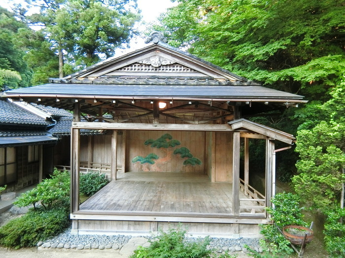 金沢駅から車で約25分(バス37分)で行ける、全国的にも珍しい能舞台がある温泉宿。