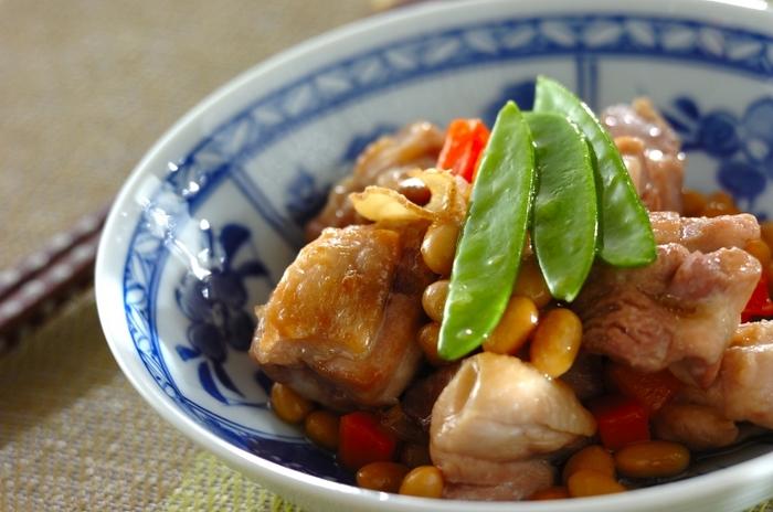 鶏と大豆は、とても相性のいい組み合わせ。鶏もも肉のうまみと、そのうまみがしみ込んだ大豆や野菜…それらがひとつになったおいしさに、心が和みます。大豆の水煮は、作り置きがなければ、市販の水煮を使うのも便利ですね。