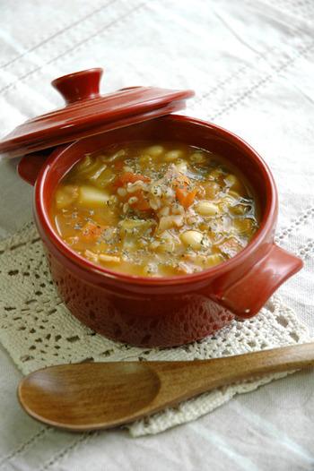 大豆のほのかな甘さに、そば米の風味高さ、そして何種類もの野菜のおいしさ…。すべてが一体となって、優しい味が口いっぱいに広がります。朝食や夜食にもうれしい、健康効果も抜群の充実スープです。