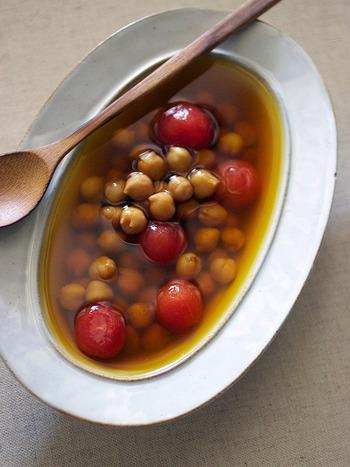 ひよこ豆の味や形をダイレクトに楽しめる、シンプルなサフランスープ。透き通った美しいスープは、食卓をおしゃれに演出してくれそう。お気に入りの器で召し上がれ。
