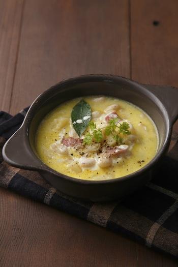 白いんげん豆、じゃがいもなど栄養豊富な白い食材を合わせたポタージュ。食物繊維もたっぷりです。ディナーのスープにもなる、味わい深いひと皿ですね。バゲットなど添えてどうぞ。