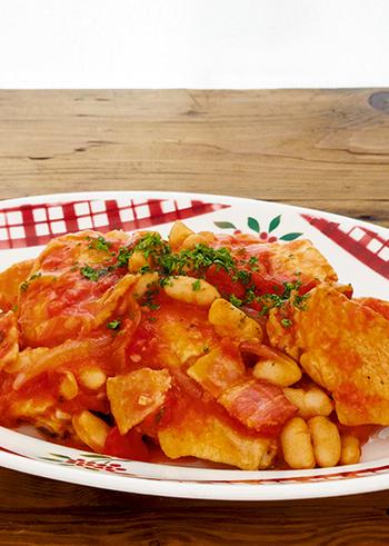 白いんげん豆は、フランスやイタリアでよく使われる豆。カスレは、フランス南西部の料理で、白いんげん豆と豚肉ソーセージなどを土鍋で長時間煮込んだシチューのこと。このレシピでは、鶏肉を使っています。