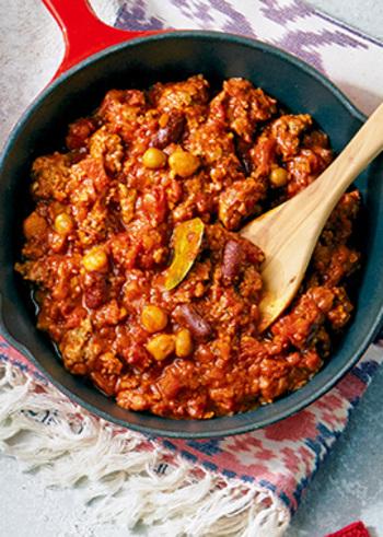 アメリカの国民食のひとつ、チリコンカン。牛ひき肉と赤いんげん豆(キドニービーンズ)などにスパイスをきかせて煮込み、トルティーヤチップスを添えて楽しみます。ソーセージとともに、ホットドッグにしてもおいしいです。