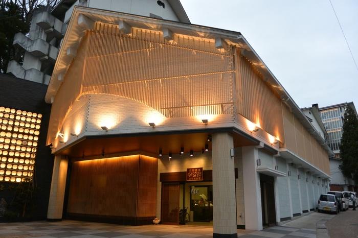 創業から700年という歴史を持つ、由緒ある温泉旅館。蟹をはじめ新鮮な海の幸を使った懐石料理は絶品です。