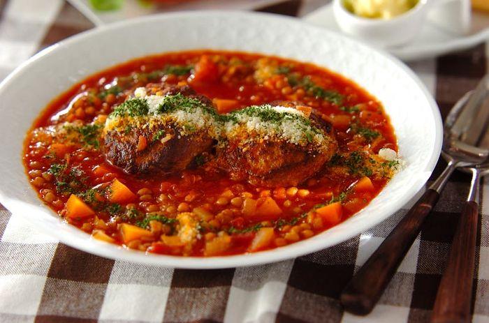 ハンバーグは、あとから煮込むので両面を焼き付ける程度でOK。下ゆでの必要のないレンズ豆などといっしょに、トマトベースのスープで煮込みます。子供も大人も大好きなおいしさ。メイン料理として、おうちメニューの定番にしたいですね。